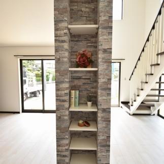 石目柄のデザイン飾り棚がステキです。