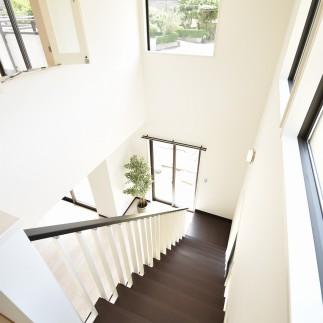ホワイト&ダークブラウンのリビング階段