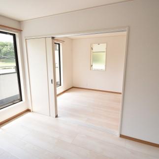 主寝室と洋室が引違い戸になっているのでお部屋を広く使えます
